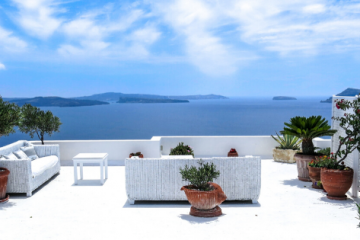 Désherbez votre terrasse avec un produit ménager comme du vinaigre blanc ou du bicarbonate